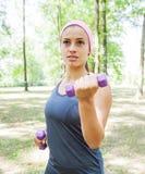 Тренировка женщины фитнеса с гантелями Стоковые Фотографии RF