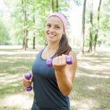 Тренировка женщины фитнеса с гантелями Стоковая Фотография RF