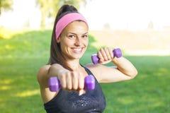 Тренировка женщины фитнеса тонкая с гантелями Стоковое фото RF
