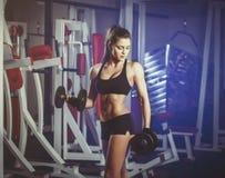 Тренировка женщины Finess с гантелями в спортзале Стоковые Фотографии RF