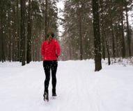 Тренировка зимы идущая Бегун jogging в снеге стоковые фотографии rf