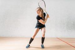 Тренировка игры сквоша, женский игрок с ракеткой стоковые изображения rf
