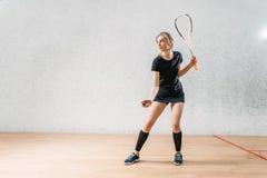 Тренировка игры сквоша, женский игрок с ракеткой стоковое фото rf
