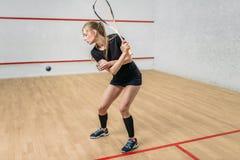 Тренировка игры сквоша, женский игрок с ракеткой стоковая фотография rf