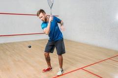 Тренировка игры сквоша, мужской игрок с ракеткой стоковые изображения rf