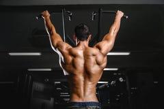 Тренировка диеты человека красивой силы атлетическая нагнетая вверх заднюю мышцу Стоковые Изображения
