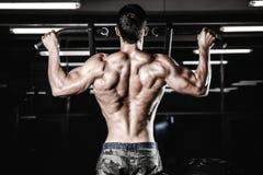 Тренировка диеты человека красивой силы атлетическая нагнетая вверх заднюю мышцу Стоковое Фото