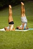 Тренировка йоги Молодые пары размышляя в парке лета Стоковые Изображения RF