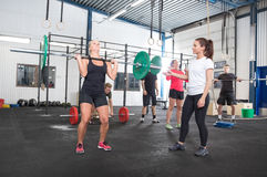 Тренировка команды разминки на фитнес-центре стоковое фото rf