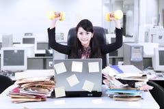 Тренировка коммерсантки в офисе Стоковые Изображения