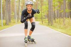 Тренировка конькобежца ролика женщины Стоковое фото RF