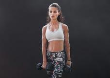 Тренировка культуризма фитнеса женская делая с весами Стоковые Изображения RF