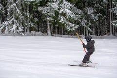Тренировка лыжи для детей в зимнем времени в Румынии стоковые изображения rf