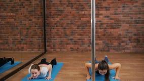 Тренировка молодой женщины и нагревать в студии сток-видео