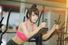 Тренировка молодой женщины на спортзале Стоковые Изображения