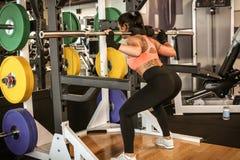 Тренировка молодой женщины на спортзале Стоковая Фотография RF