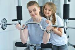 Тренировка молодой женщины с дочь-подростком Стоковые Изображения RF