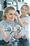 Тренировка молодой женщины с дочь-подростком Стоковое Изображение RF