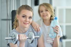 Тренировка молодой женщины с дочь-подростком Стоковое Изображение