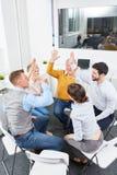 Тренировка мотивировки для группы в составе бизнесмены Стоковые Фотографии RF