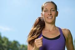 Тренировка молодой женщины бежать или jogging Стоковые Изображения