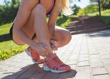 Тренировка молодой женщины в парке города на летнем дне Стоковые Фото