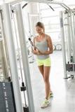 Тренировка молодой женщины в спортзале Стоковое фото RF