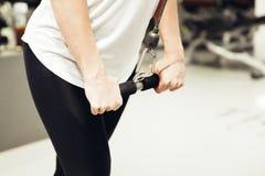Тренировка молодой женщины в спортзале Стоковые Изображения