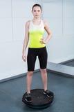 Тренировка молодой женщины на фитнес-клубе Стоковое Фото