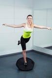Тренировка молодой женщины на фитнес-клубе Стоковые Фото