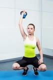 Тренировка молодой женщины на фитнес-клубе Стоковые Фотографии RF