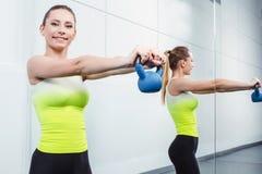 Тренировка молодой женщины на фитнес-клубе Стоковое фото RF
