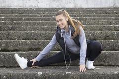 Тренировка молодой женщины до бежать Стоковые Изображения RF