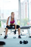 Тренировка молодой женщины с dumbells Стоковое Изображение