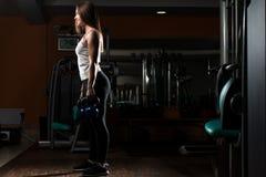 Тренировка молодой женщины с KettleBell Стоковое Изображение RF