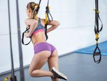 Тренировка молодой женщины с TRX Стоковое Фото