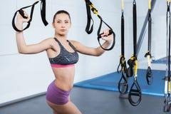 Тренировка молодой женщины с TRX Стоковые Фото