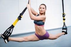 Тренировка молодой женщины с TRX Стоковая Фотография