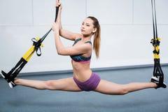 Тренировка молодой женщины с TRX Стоковые Изображения