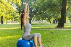 Тренировка молодой женщины фитнеса здоровая с шариком Pilates внешним Стоковые Изображения RF