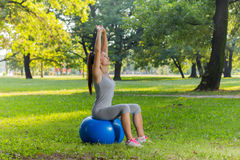 Тренировка молодой женщины фитнеса здоровая с шариком Pilates внешним Стоковые Фото