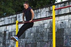 Тренировка молодых женщин outdoors Стоковое Фото