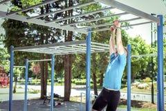Тренировка на барах обезьяны в парке Стоковые Изображения RF