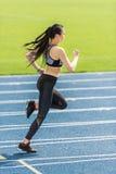 Тренировка на идущем стадионе следа, концепция спортсменки маленькой девочки идущая Стоковое Изображение RF