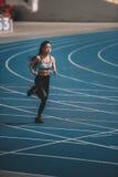 Тренировка на идущем стадионе следа, концепция спортсменки маленькой девочки идущая Стоковые Изображения RF