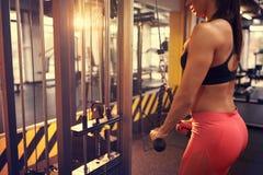 Тренировка на машине lat в фитнес-клубе, концепция тела Стоковые Изображения RF