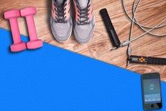 Тренировка на скачк-веревочке whit фитнеса циновки спортзала голубой Спортзал и оборудование фитнеса к тренировке на деревянной п Стоковое Изображение