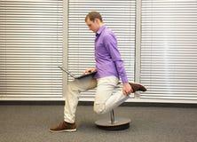 Тренировка ноги во время конторской работы стоковые изображения rf