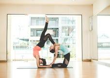 Тренировка образа жизни людей Азии практикуя и работать жизненно важный размышляют йога в комнате класса Стоковое Изображение
