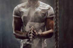 Тренировка парня Crossfit на спортзале стоковые изображения